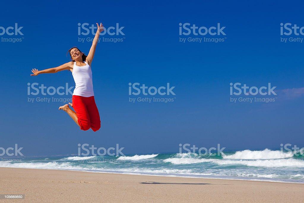 Junge Frau springen – Foto
