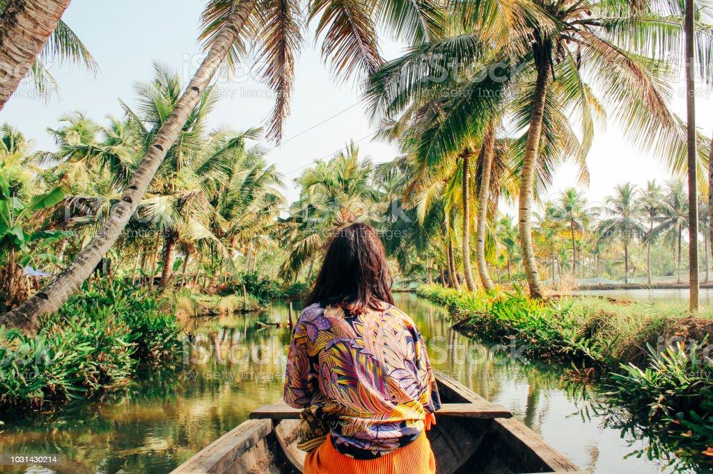 年輕女子皮划艇通過回水的夢露島 - 免版稅25歲到29歲圖庫照片