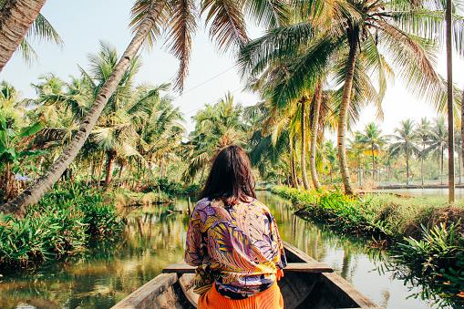 年輕女子皮划艇通過回水的夢露島 照片檔及更多 25歲到29歲 照片