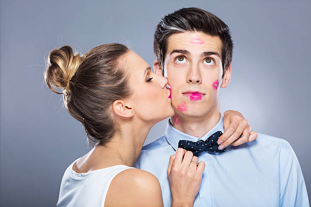 Jovem mulher beijando o homem - foto de acervo