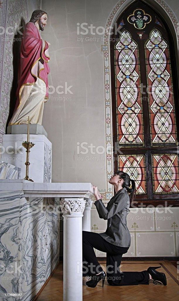 Jovem mulher Kneels em oração em uma igreja - foto de acervo