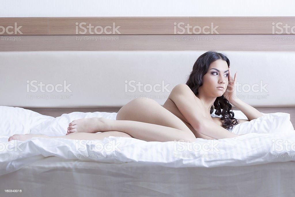 Junge Frau Lay Nackt Auf Dem Bett Des Hotel Schlafzimmer Stockfoto ...