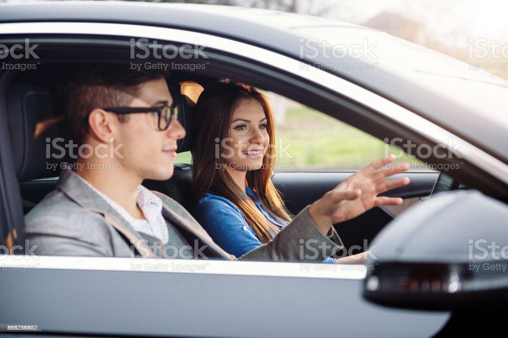 Mulher jovem, aprendendo a dirigir - foto de acervo