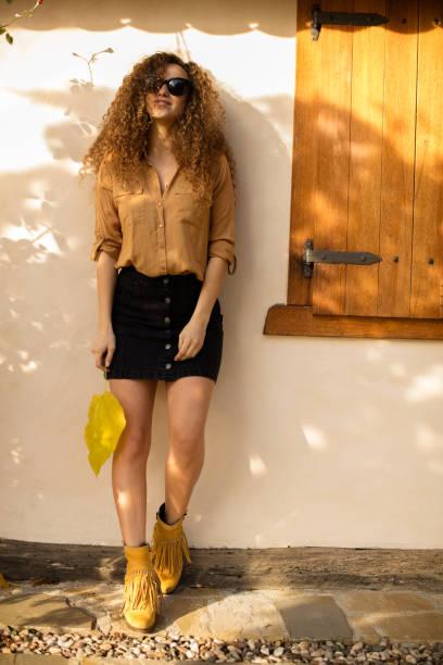 junge frau lifestyle portrait - damen rock braun stock-fotos und bilder