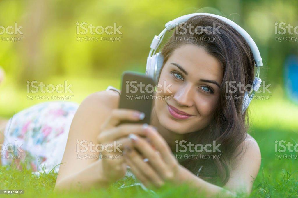 Escuchar música joven hierba - foto de stock
