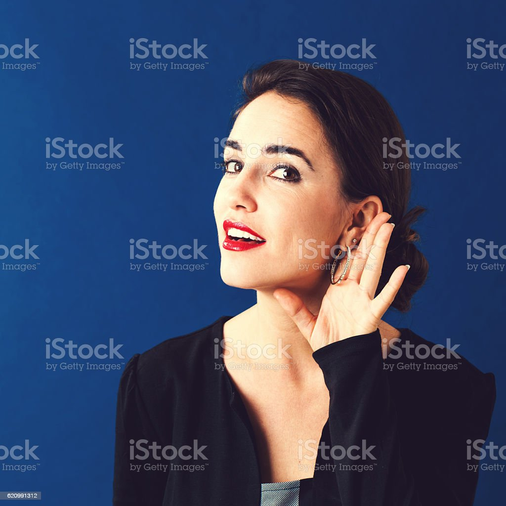 Jovem mulher ouvir foto royalty-free