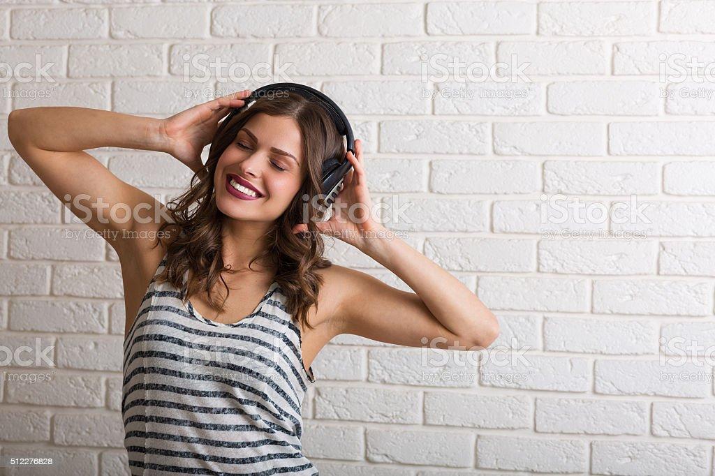 Giovane donna ascoltando musica - foto stock