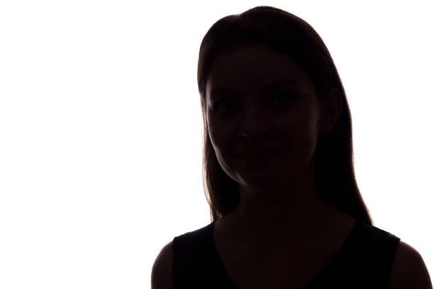 junge frau schaut mit fließenden haaren nach vorne-horizontale silhouette - gegenlicht stock-fotos und bilder
