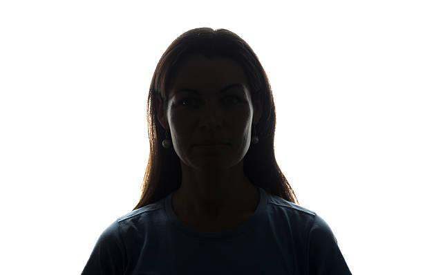 junge frau blick nach vorne mit fließenden haaren - horizontale silhouette - gegenlicht stock-fotos und bilder
