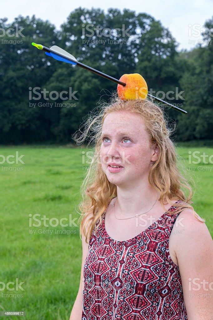 Junge Frau, die Angst in Pfeil in Apfel auf dem Kopf – Foto