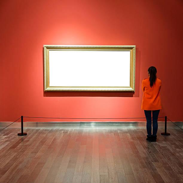 Giovane donna guardando a opere d'arte - foto stock
