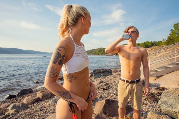 Junge Frau Blick auf Freund Trinkwasser – Foto