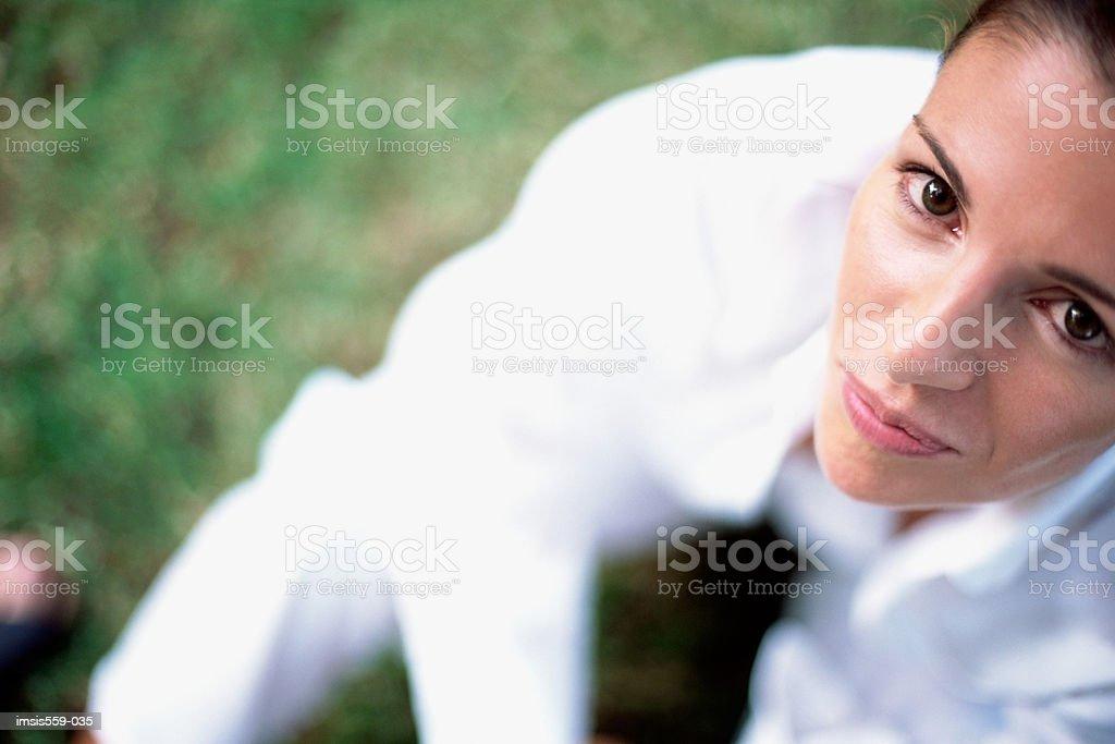 Jeune femme regardant la caméra photo libre de droits