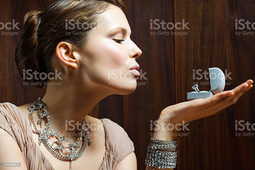Junge Frau Die Ein Verlobungsring In Der Schachtel Stockfoto Istock