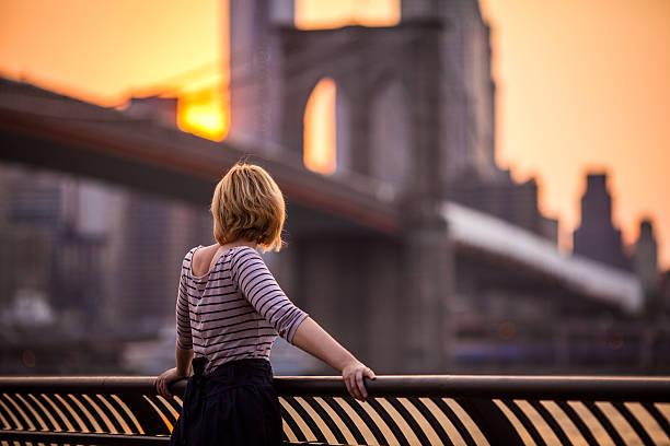 junge frau blick auf new york city - sightseeing in new york stock-fotos und bilder