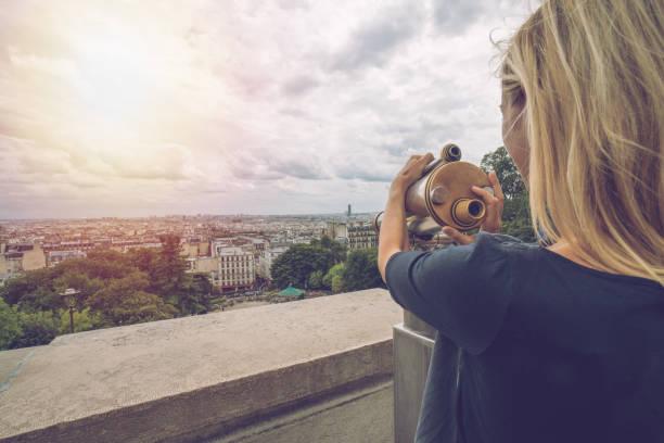 ung kvinna tittar på paris city från kikare - montmatre utsikt bildbanksfoton och bilder