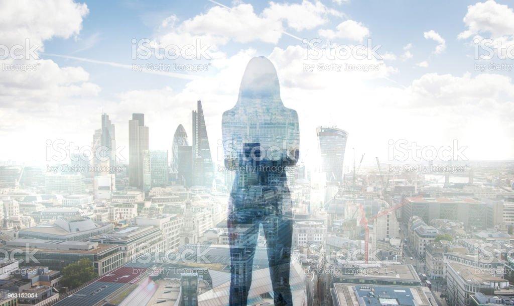 ロンドン市金融街を見ている若い女性。朝早く。太陽を上昇します。将来、計画、事業の進行状況の概念。 - あこがれのロイヤリティフリーストックフォト