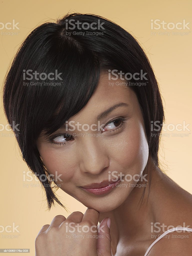 Young woman looking away, close-up foto de stock libre de derechos