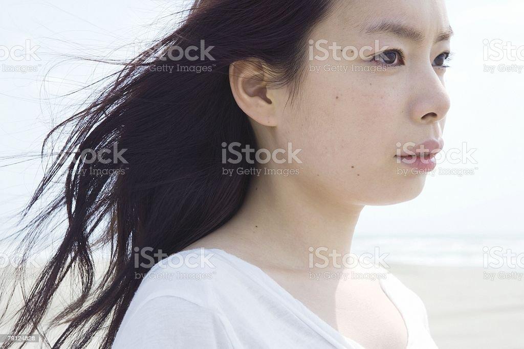 젊은 여자 루킹 한통입니다 royalty-free 스톡 사진