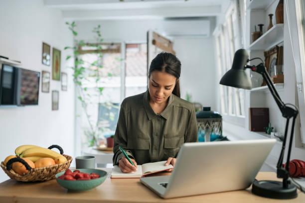 молодая женщина ищет работу - писать стоковые фото и изображения