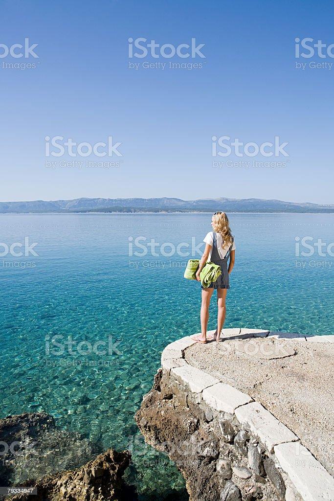 Jovem mulher olhar para fora no Mar foto de stock royalty-free
