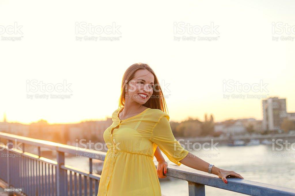Jeune femme regardant par-dessus l'épaule photo libre de droits