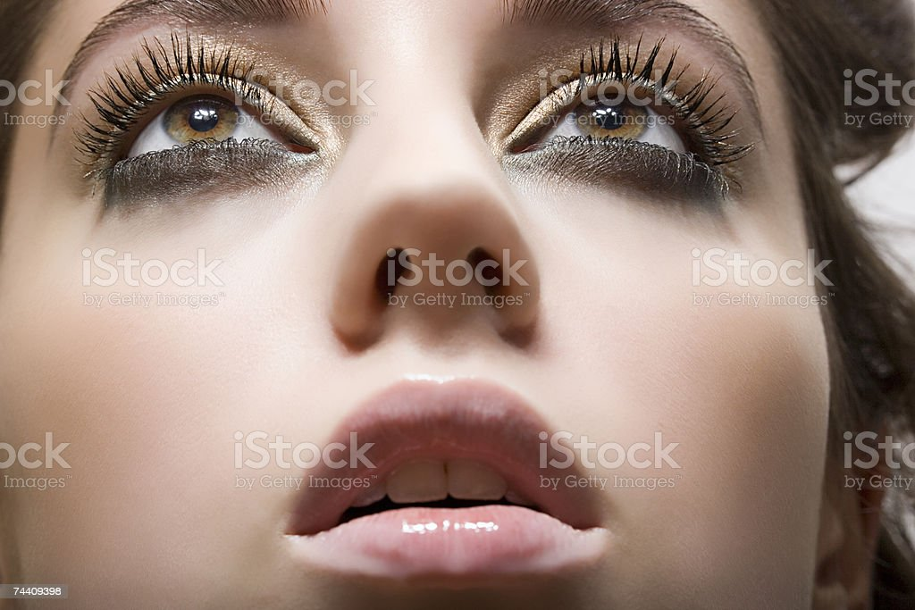 Jovem mulher olhando para cima foto de stock royalty-free