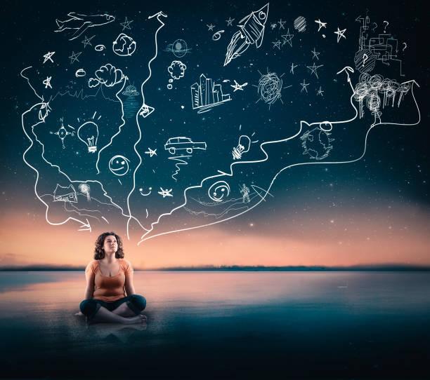 junge frau auf der suche bis zum himmel und visualisieren. - zukunftswünsche stock-fotos und bilder