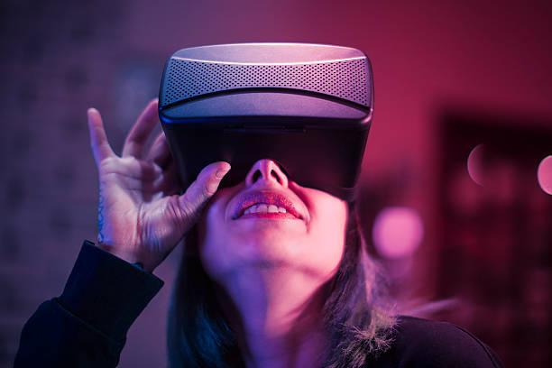 giovane donna è affascinato in realtà virtuale cuffia - ritratto 360 gradi foto e immagini stock