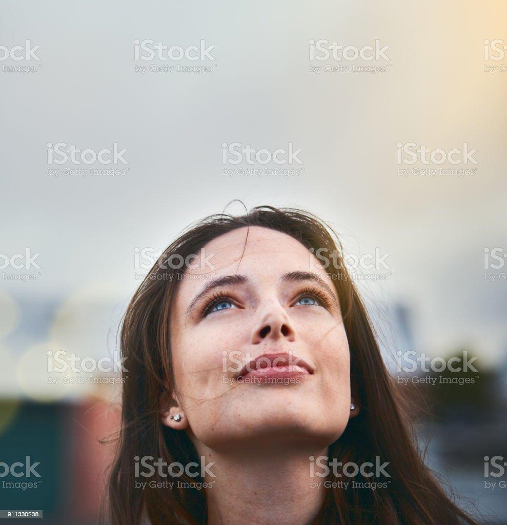 Junge Frau schaut hoffnungsvoll, wie sie ihre Augen in den Himmel hebt – Foto