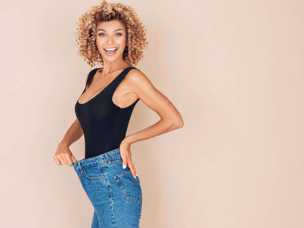junge frau verliert an gewicht - damen sporthose übergröße stock-fotos und bilder