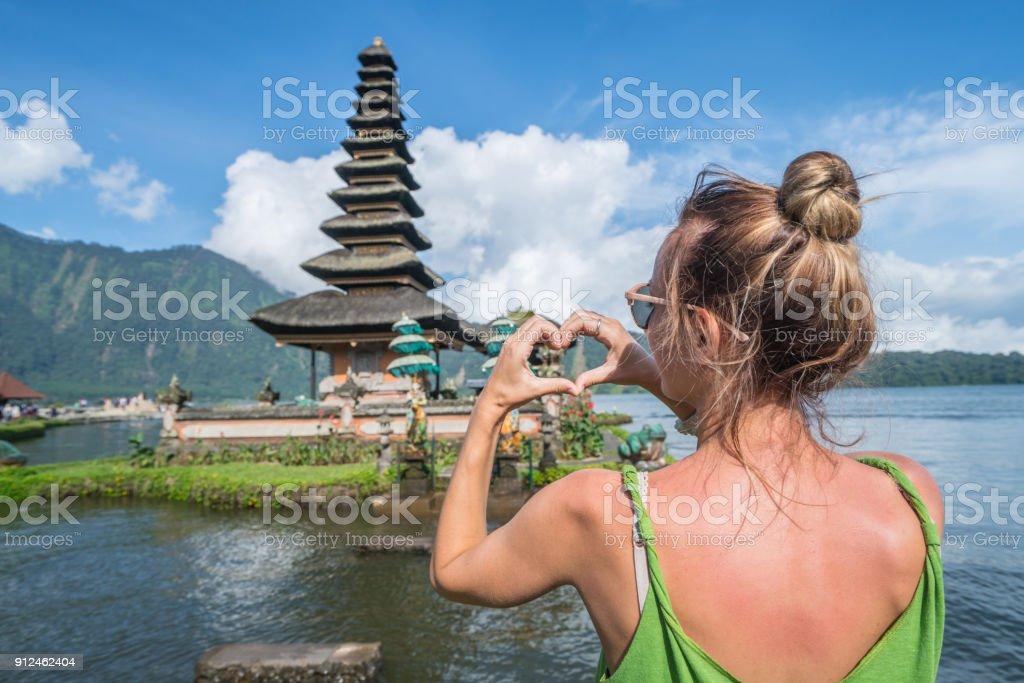 Junge Frau lieben alten Tempel in Bali, Indonesien – Foto