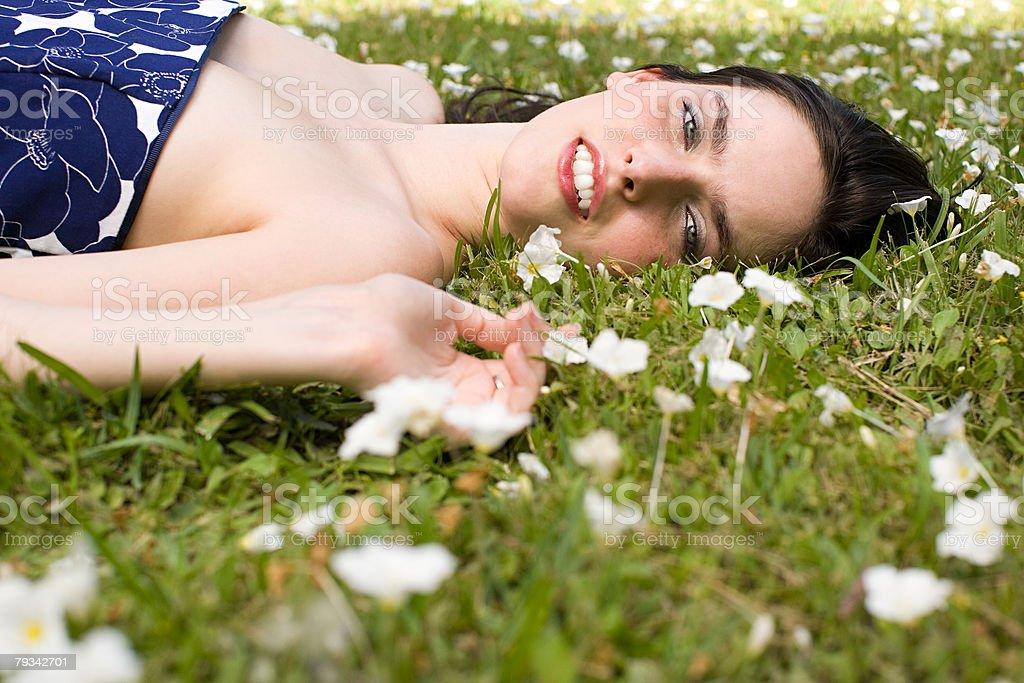 젊은 여자 라잉 on 잔디 royalty-free 스톡 사진