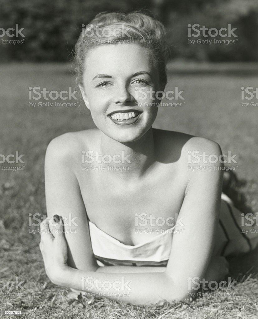 젊은 여자 라잉 on 잔디, 웃는 얼굴, 인물 사진 royalty-free 스톡 사진