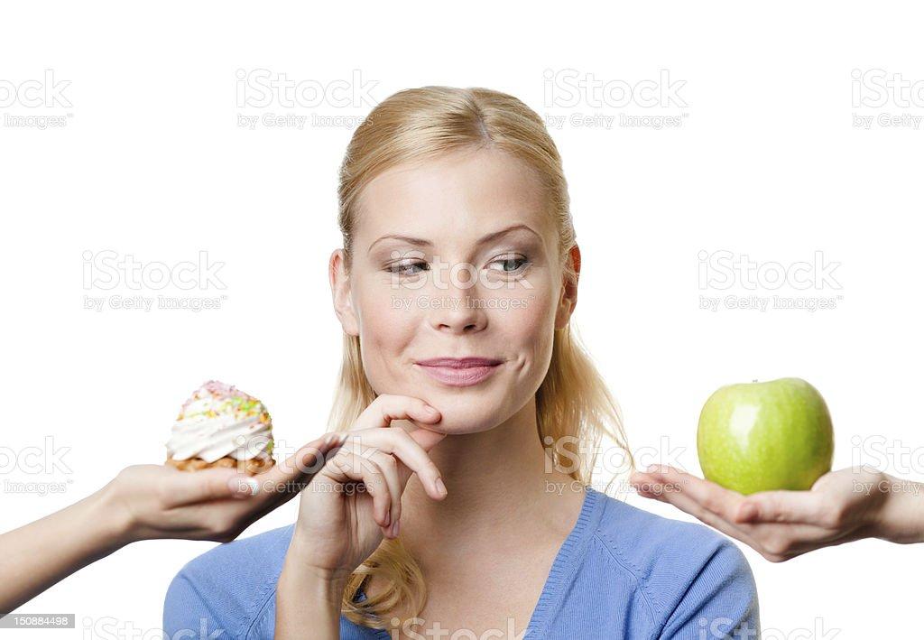 Joven mujer hace una elección entre y una porción de pastel de manzana - Foto de stock de Adulto libre de derechos