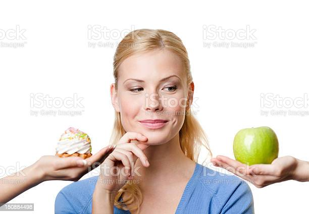 Joven Mujer Hace Una Elección Entre Y Una Porción De Pastel De Manzana Foto de stock y más banco de imágenes de Adulto