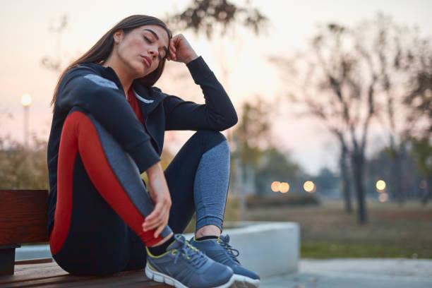 Junge Frau macht Pause nach dem Training in einem stadtpark. – Foto
