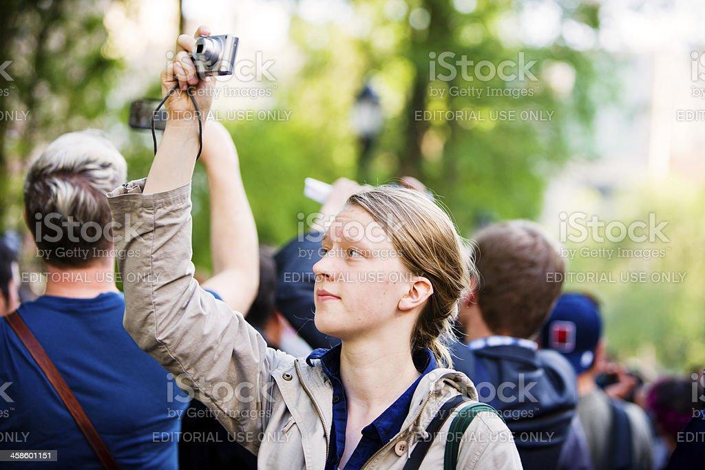 Junge Frau machen Fotos in einer Menschenmenge von Demonstranten – Foto