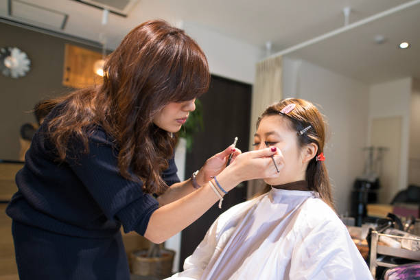 美容サロン作る若い女性 - 美容室 ストックフォトと画像
