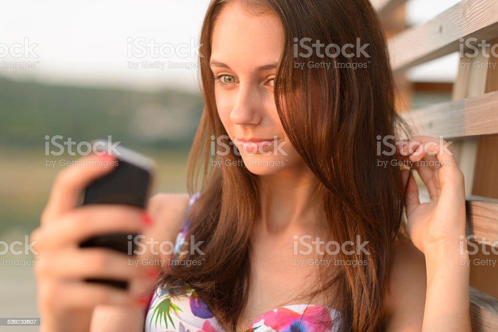 Jovem mulher fazendo vídeo ligue ao ar livre no verão foto royalty-free