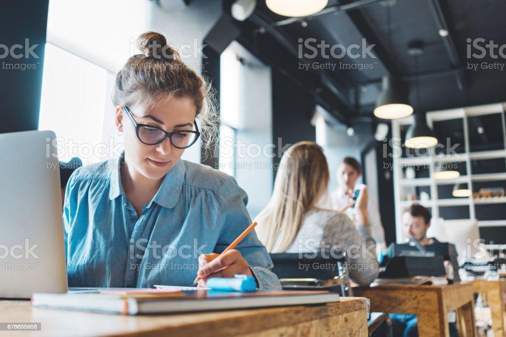 Junge Frau Manager ihren Job machen – Foto