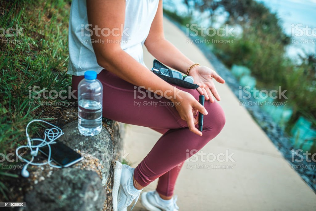 Junge Frau, die Messung des Blutzuckerspiegels nach dem training – Foto