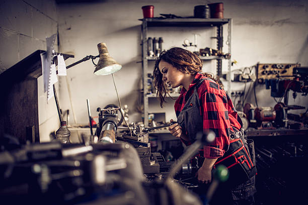 Young woman mechanic - foto de acervo