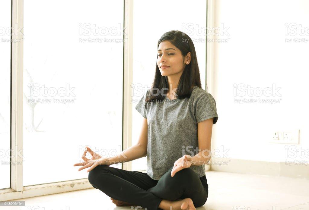 Junge Frau Meditieren  – Foto