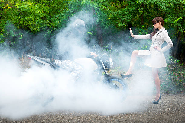 junge frau motorbiker block-optik - damenschuhe k stock-fotos und bilder