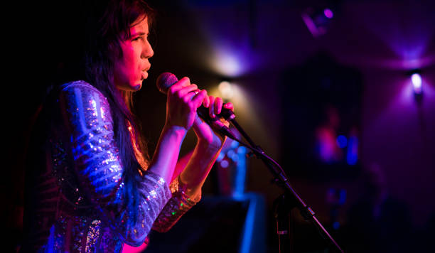 jeune femme, musicien, chanteur et interprète, chante sur la scène. - chanteuse photos et images de collection