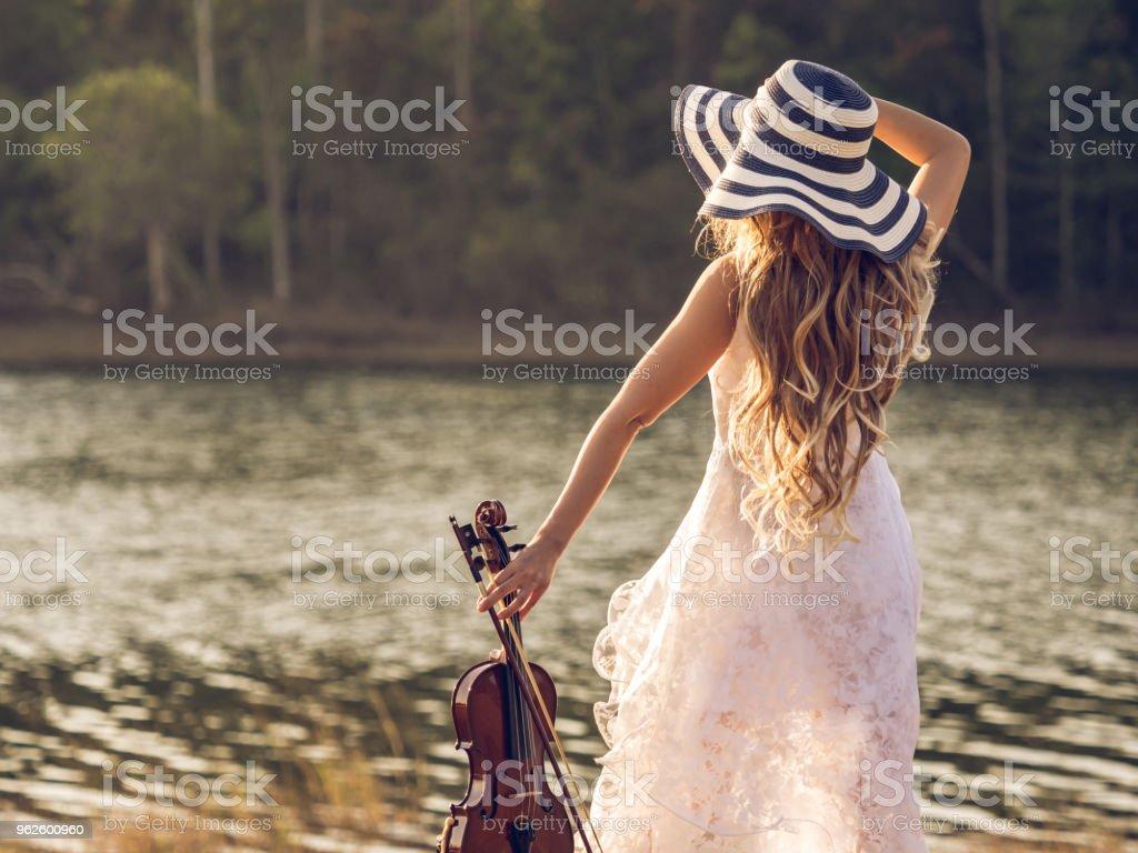 Violon Libre Droit Sur De Jeune Tenue Musicienvioloniste Photo PZkuiX