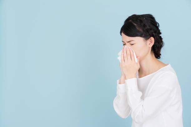花粉症の若い女性 - くしゃみ 日本人 ストックフォトと画像