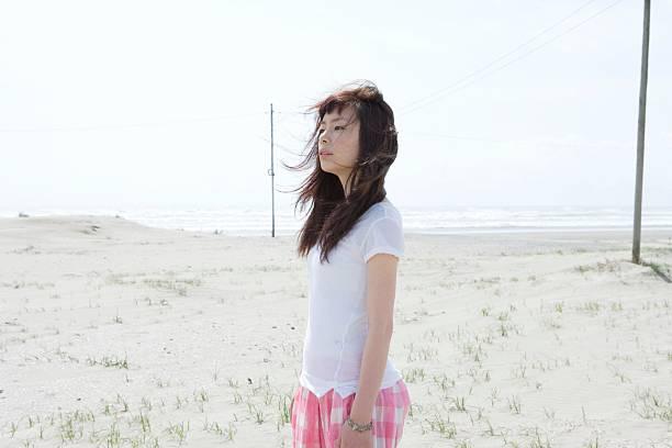 Junge Frau auf einem Strand – Foto