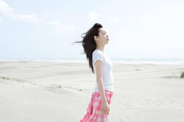 若い女性のビーチ - 女性 横顔 日本人 ストックフォトと画像